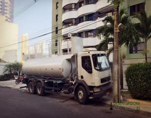 Caminhão pipa fornece água para condomínios residenciais e comerciais